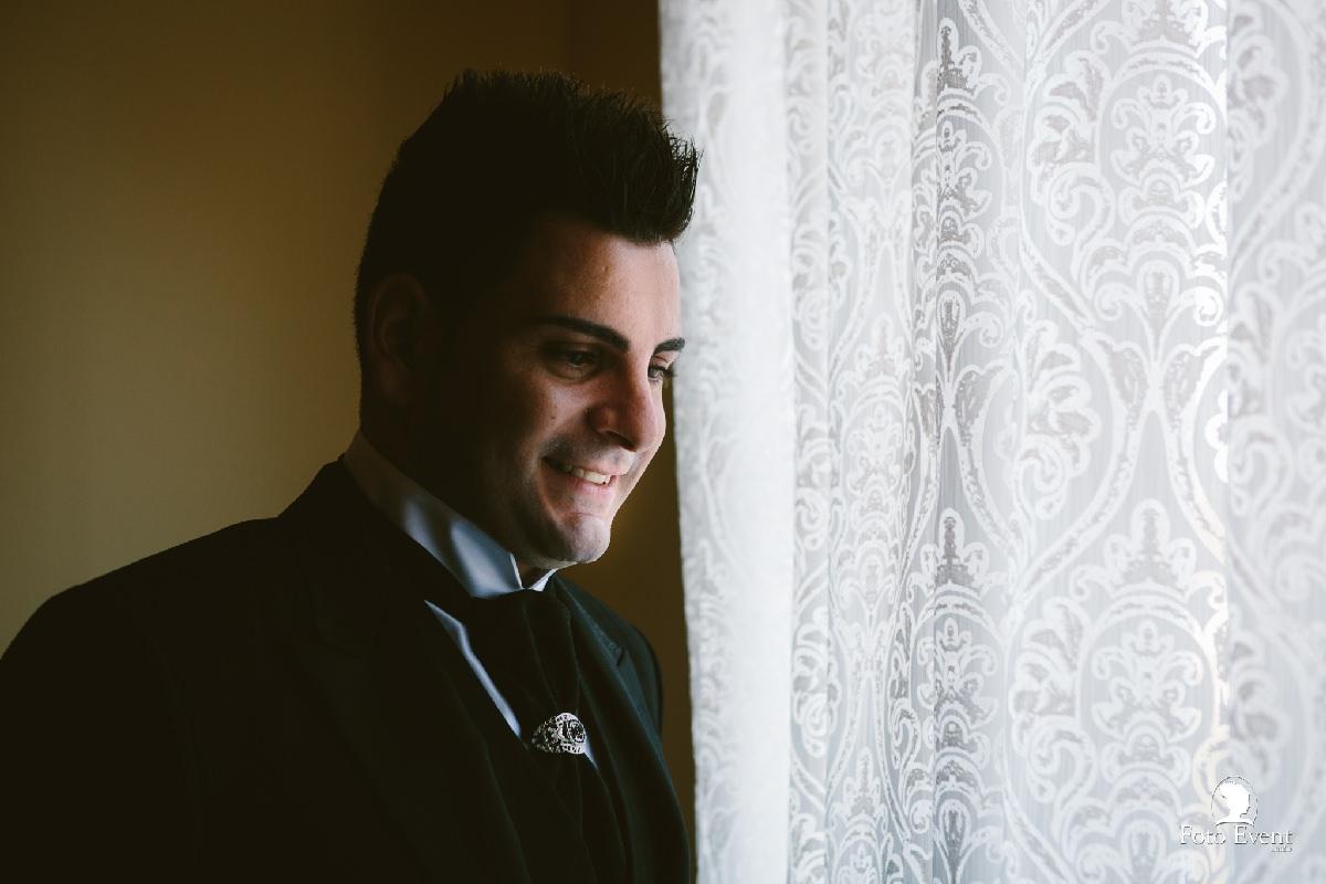Lo sposo Alessandro alla finestra