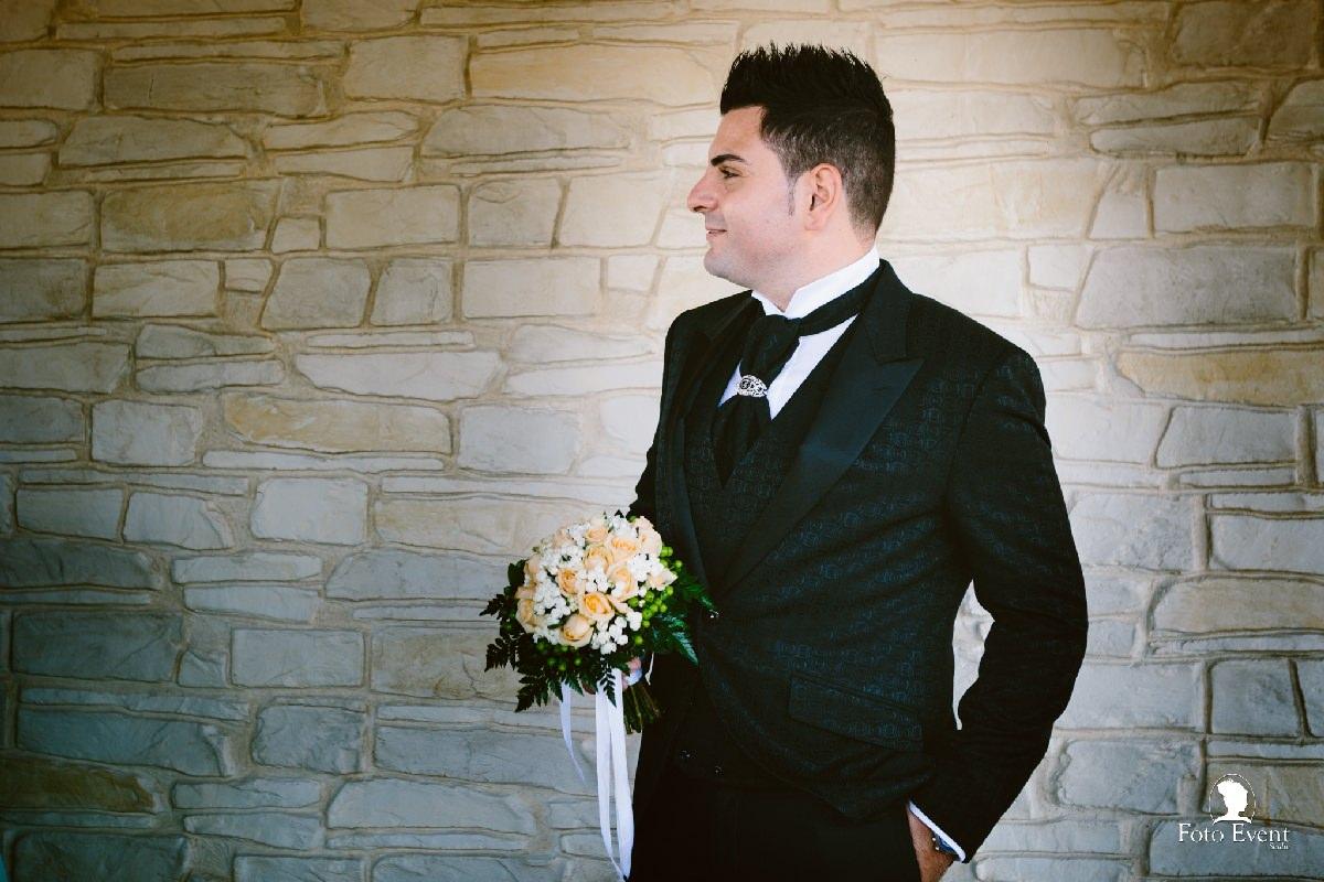 lo sposo in esterna della casa