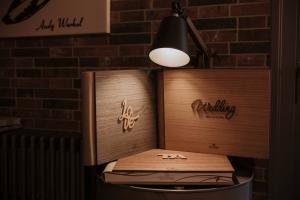 legno elaborato per creare album di design innovativi