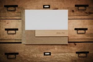 album beige con inserti in legno