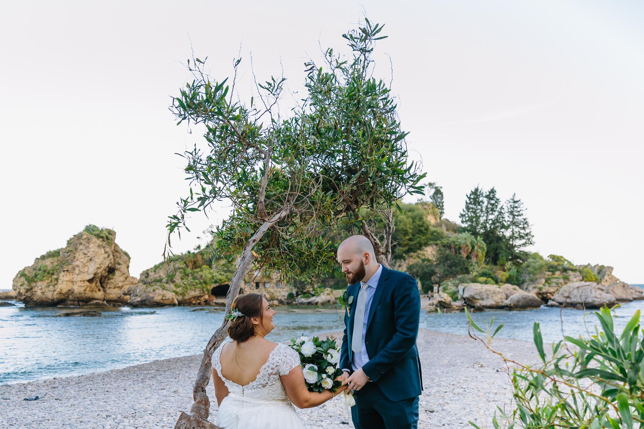 sposi nella spiaggia di Taormina